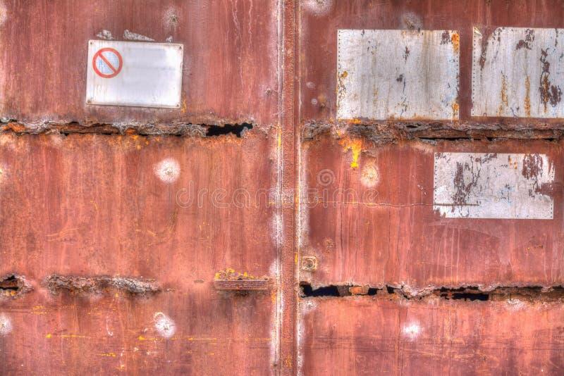 Παλαιά σκουριασμένη πύλη με τα σημάδια στοκ εικόνες