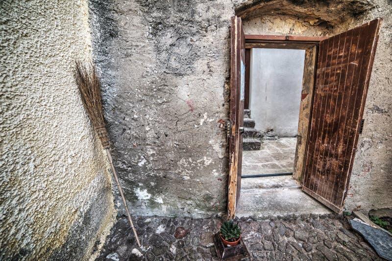 Παλαιά σκούπα σε μια αγροτική γωνία στη Σαρδηνία στοκ φωτογραφίες με δικαίωμα ελεύθερης χρήσης