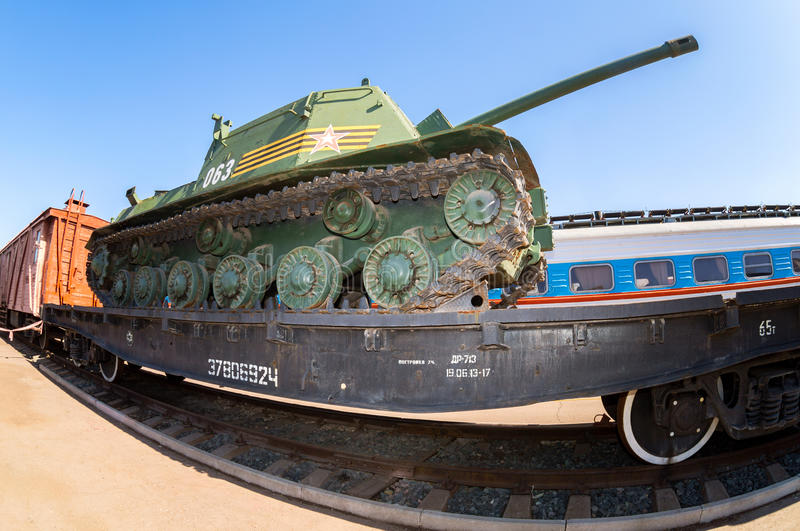Παλαιά σοβιετική στρατιωτική δεξαμενή στην πλατφόρμα σιδηροδρόμων στοκ φωτογραφία με δικαίωμα ελεύθερης χρήσης