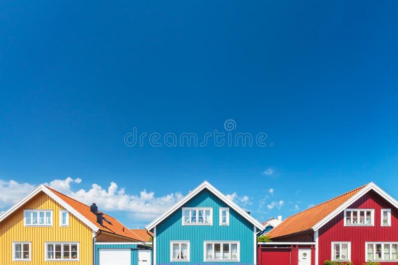 Παλαιά σουηδικά σπίτια μπροστά από έναν μπλε ουρανό στοκ φωτογραφίες