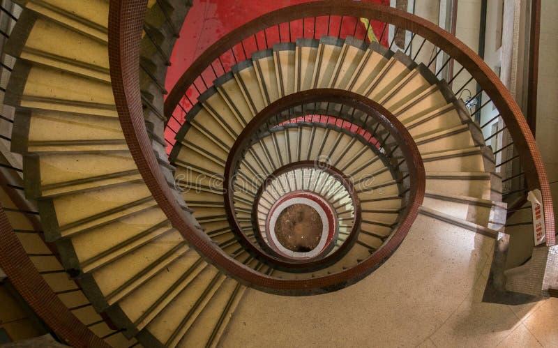 Παλαιά σπειροειδής σκάλα οικοδόμησης στοκ φωτογραφίες με δικαίωμα ελεύθερης χρήσης