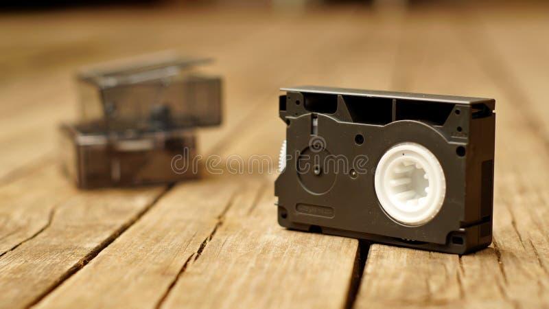Παλαιά συμπαγής βιντεοκασέτα στο ξύλινο πάτωμα στοκ φωτογραφίες