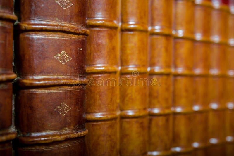 Παλαιά συνδεδεμένα βιβλία στο ράφι στοκ φωτογραφία με δικαίωμα ελεύθερης χρήσης