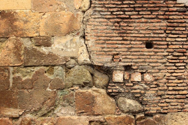 Παλαιά τούβλινη τεκτονική και κίτρινο υπόβαθρο πλακών πετρών ραγισμένος στοκ εικόνα με δικαίωμα ελεύθερης χρήσης