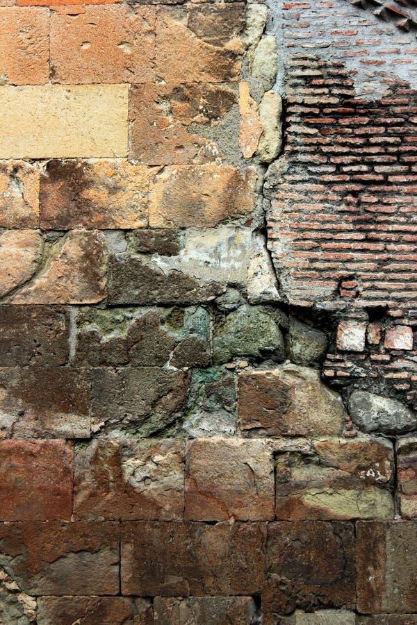 Παλαιά τούβλινη τεκτονική και κίτρινο υπόβαθρο πλακών πετρών στοκ εικόνα