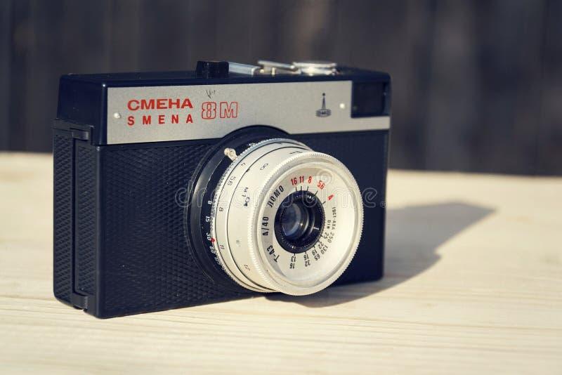 Παλαιά φιλτραρισμένη τρύγος κάμερα Smena 8M στο ξύλινο υπόβαθρο στοκ εικόνες