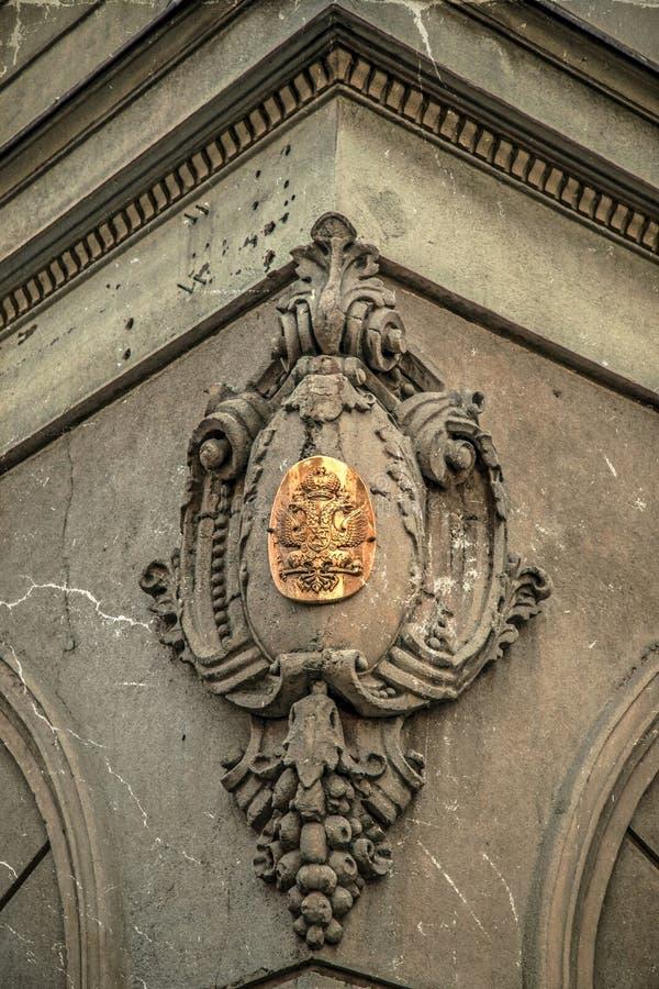 Παλαιά φωτογραφία με την επιγραφή μετάλλων στην πρόσοψη πετρών στοκ εικόνα με δικαίωμα ελεύθερης χρήσης