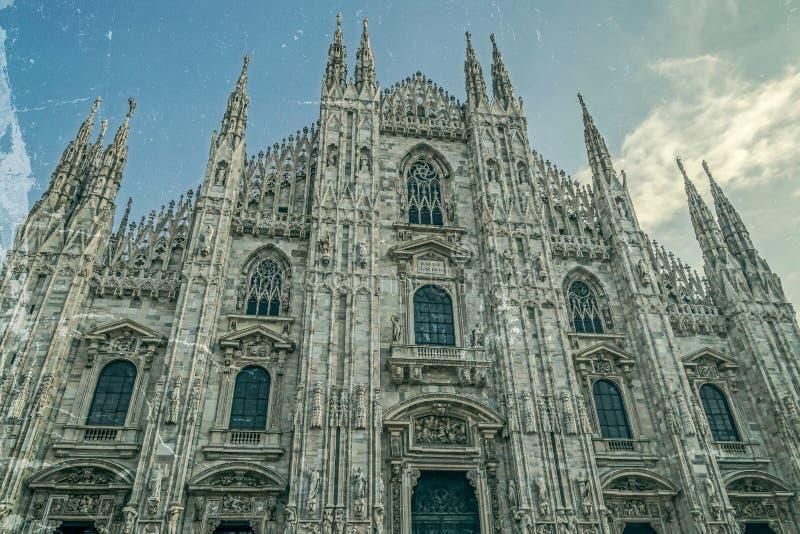 Παλαιά φωτογραφία με την πρόσοψη του διάσημου καθεδρικού ναού του Μιλάνου, Ιταλία στοκ εικόνα με δικαίωμα ελεύθερης χρήσης