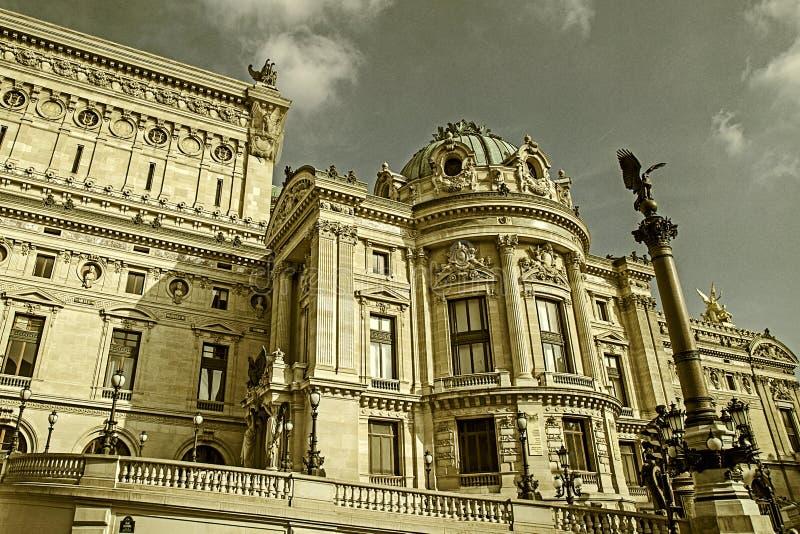 Παλαιά φωτογραφία με τις αρχιτεκτονικές λεπτομέρειες της όπερας εθνικό de Παρίσι στοκ εικόνες