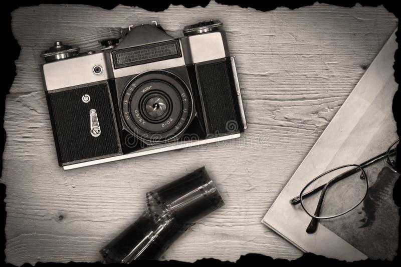 Παλαιά χειρωνακτική κάμερα με την εφημερίδα και την ταινία στοκ φωτογραφίες με δικαίωμα ελεύθερης χρήσης