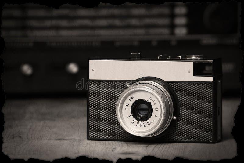 Παλαιά χειρωνακτική κάμερα με το παλαιό ραδιόφωνο στοκ φωτογραφία με δικαίωμα ελεύθερης χρήσης