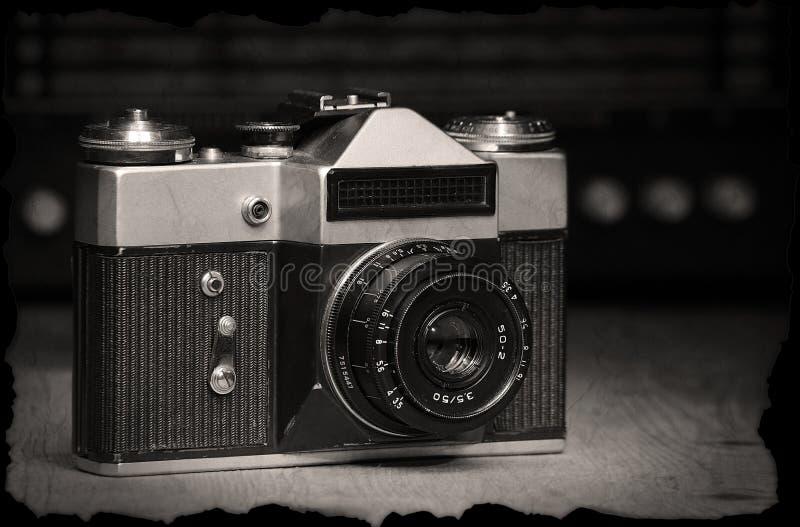 Παλαιά χειρωνακτική κάμερα με το παλαιό ραδιόφωνο στοκ φωτογραφίες
