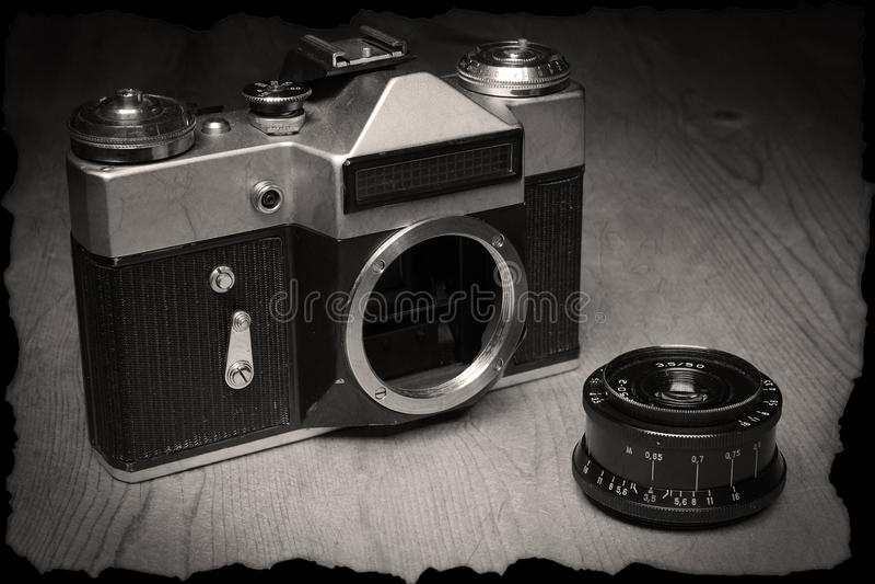 Παλαιά χειρωνακτική κάμερα με το φακό στοκ εικόνα με δικαίωμα ελεύθερης χρήσης