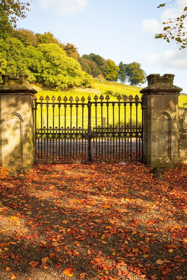 Παλαιά, όμορφη πύλη σιδήρου στην παλαιά σκωτσέζικη εκκλησία το φθινόπωρο στοκ εικόνες