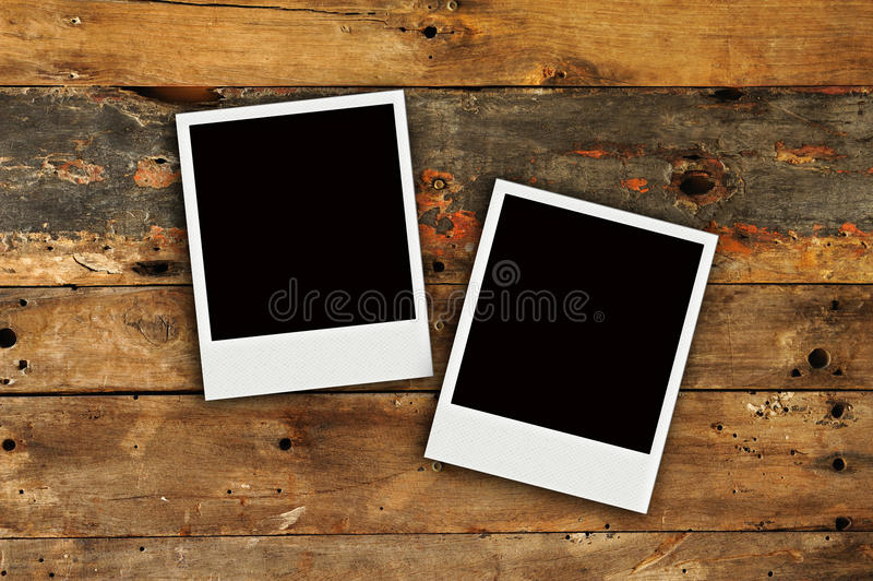Δύο polaroids παλαιά σύσταση τοίχων grunge ξύλινη στοκ εικόνες με δικαίωμα ελεύθερης χρήσης