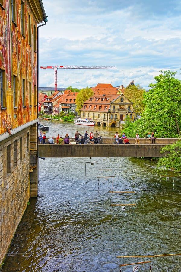 Παλαιές αίθουσα και γέφυρα πόλεων πέρα από τον ποταμό Regnitz στη Βαμβέργη στοκ φωτογραφίες
