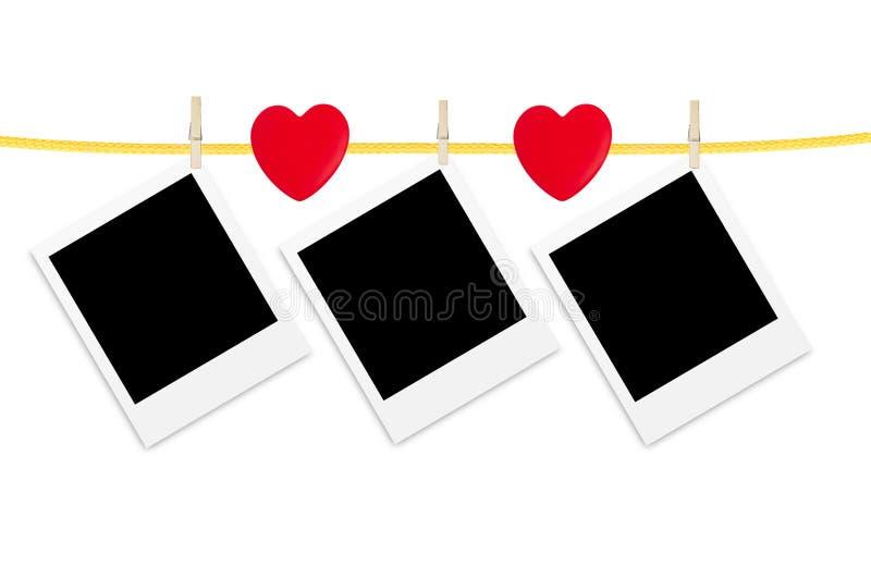 Παλαιές κάρτες φωτογραφιών που κρεμιούνται με τις ξύλινες κρεμάστρες πέρα από το λευκό στοκ εικόνες