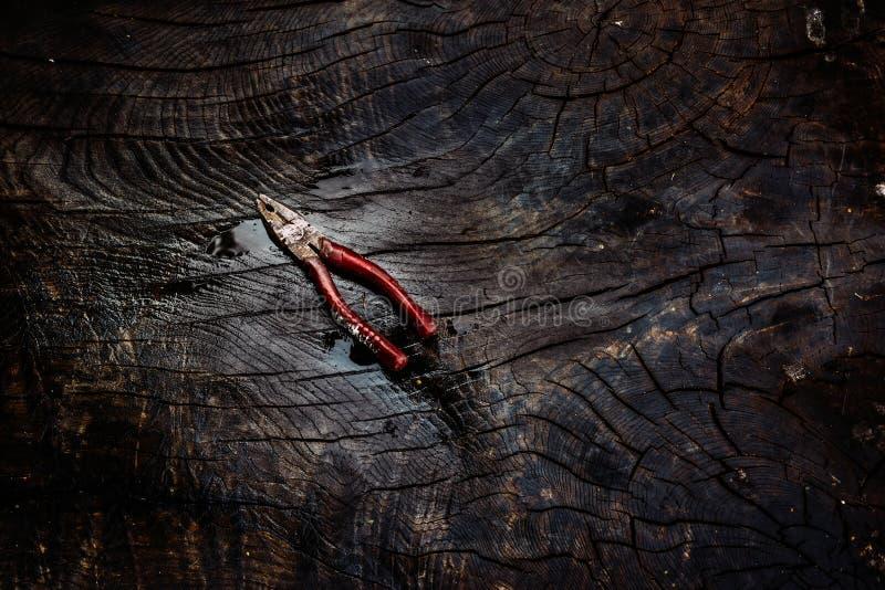 Παλαιές και σκουριασμένες πένσες σε ένα σκοτεινό ξύλινο υπόβαθρο στοκ φωτογραφία με δικαίωμα ελεύθερης χρήσης