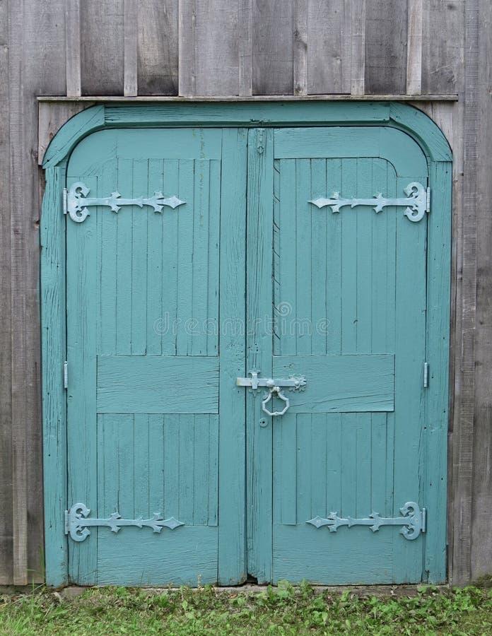 Παλαιές ξύλινες διπλές μπλε πόρτες στοκ φωτογραφία