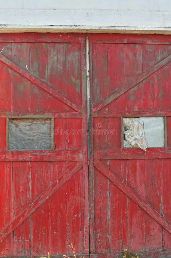 Παλαιές ξύλινες πόρτες με τα σπασμένα παράθυρα στοκ εικόνες με δικαίωμα ελεύθερης χρήσης