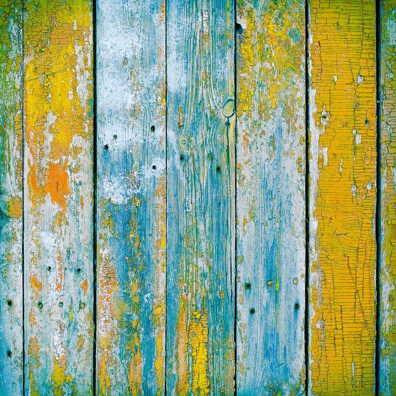 Παλαιές ξύλινες σανίδες που χρωματίζονται με το χρώμα που ραγίζεται από ένα αγροτικό backgro στοκ φωτογραφία