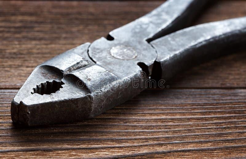 Παλαιές σκουριασμένες πένσες στο ξύλινο υπόβαθρο στοκ φωτογραφία
