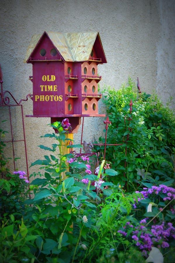 Παλαιές χρονικές φωτογραφίες Birdhouse & κήπος στοκ φωτογραφία με δικαίωμα ελεύθερης χρήσης