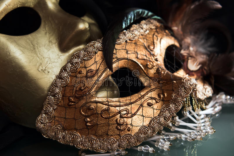Παλαιές χρυσές ενετικές μάσκες στοκ εικόνα με δικαίωμα ελεύθερης χρήσης