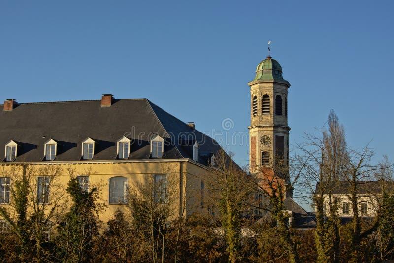 Παλαιοί αβαείο drongen και πύργος κουδουνιών στοκ εικόνα