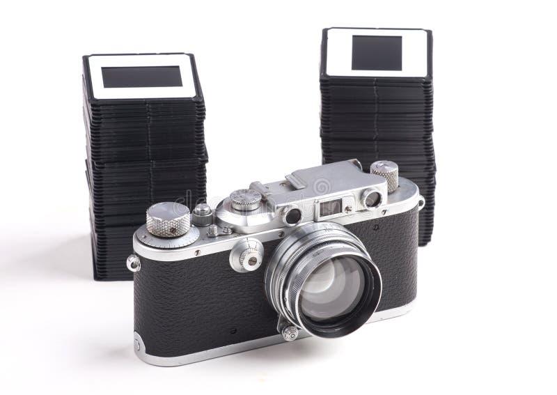 Παλαιοί αναλογικοί κάμερα και σωρός των φωτογραφικών διαφανειών στοκ φωτογραφίες