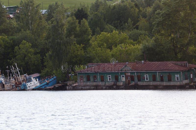 Παλαιοί εγκαταλειμμένοι σκάφη και εξοπλισμός για την κατασκευή επάνω στοκ εικόνα