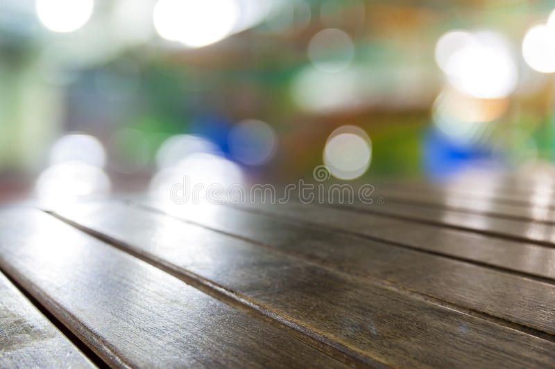 Παλαιοί εκλεκτής ποιότητας βρώμικοι καφετιοί ξύλινοι tabletop πίνακες με το θολωμένο RES στοκ εικόνες με δικαίωμα ελεύθερης χρήσης