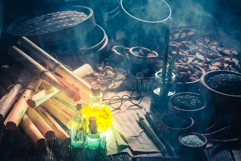 Παλαιοί κύλινδροι και συνταγή στο μαγικό εργαστήριο κουζινών στοκ εικόνες με δικαίωμα ελεύθερης χρήσης