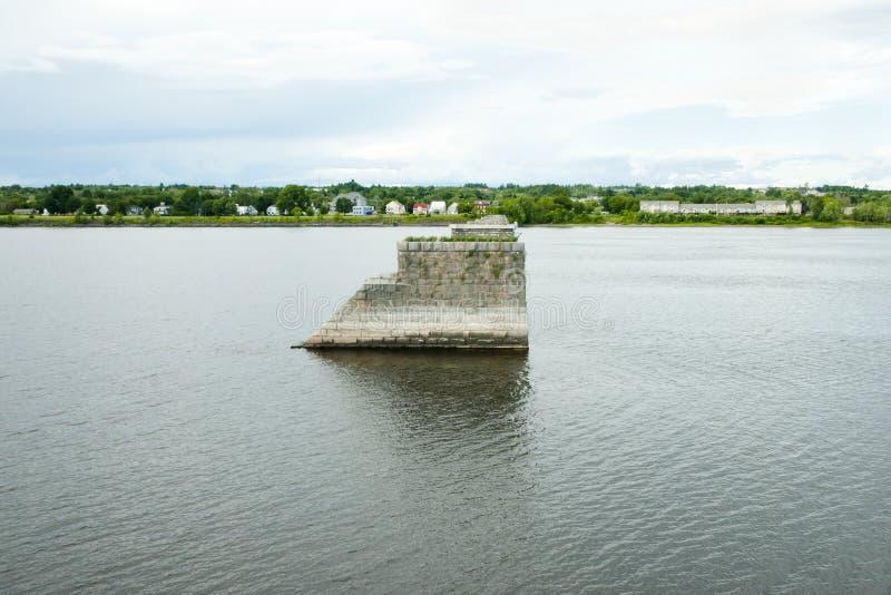 Παλαιοί πυλώνες γεφυρών στον ποταμό του ST John - Fredericton - Καναδάς στοκ εικόνα