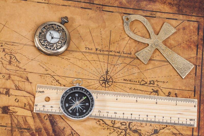 Παλαιοί ρολόι και σταυρός τσεπών ορείχαλκου ύφους στο χάρτη στοκ εικόνες με δικαίωμα ελεύθερης χρήσης