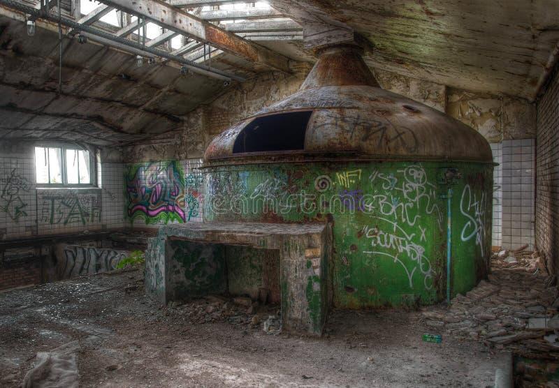 Παλαιός λέβητας ζυθοποιείων σε ένα εγκαταλειμμένο ζυθοποιείο στοκ εικόνες