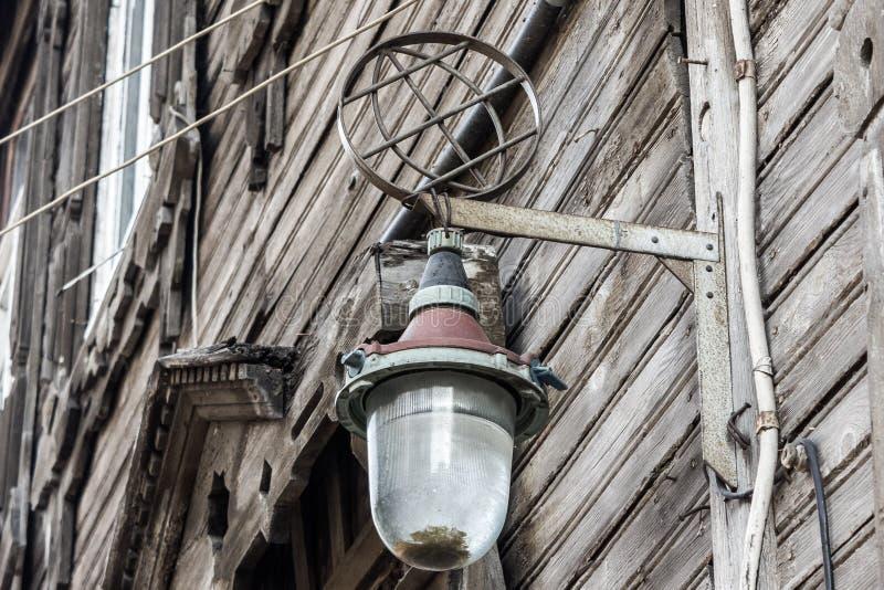 Παλαιός λαμπτήρας στον τοίχο σπιτιών στοκ εικόνες με δικαίωμα ελεύθερης χρήσης