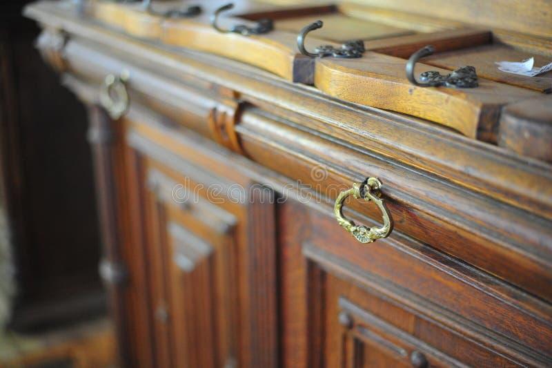 παλαιός αναδρομικός τρύγος του ξύλινου συρταριού στο εσωτερικό για την αποθήκευση στοκ εικόνα με δικαίωμα ελεύθερης χρήσης