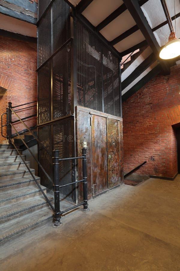 Παλαιός ανελκυστήρας στοκ εικόνες