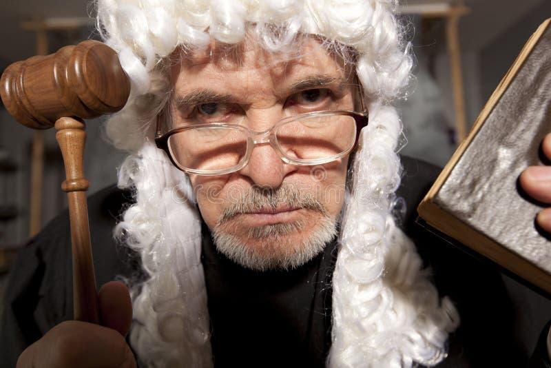 Παλαιός αρσενικός δικαστής σε ένα δικαστήριο που χτυπά gavel στοκ φωτογραφίες