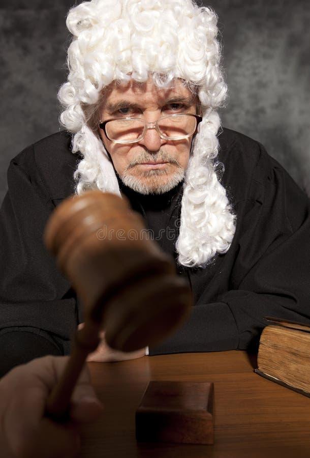 Παλαιός αρσενικός δικαστής σε ένα δικαστήριο που χτυπά gavel στοκ εικόνες
