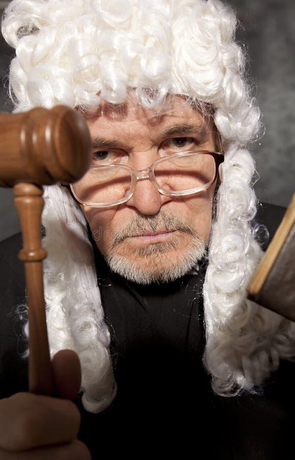 Παλαιός αρσενικός δικαστής σε ένα δικαστήριο που χτυπά gavel στοκ φωτογραφία με δικαίωμα ελεύθερης χρήσης