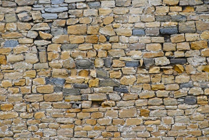 Παλαιός βαλμένος σε στρώσεις πέτρα τοίχος στοκ φωτογραφίες με δικαίωμα ελεύθερης χρήσης