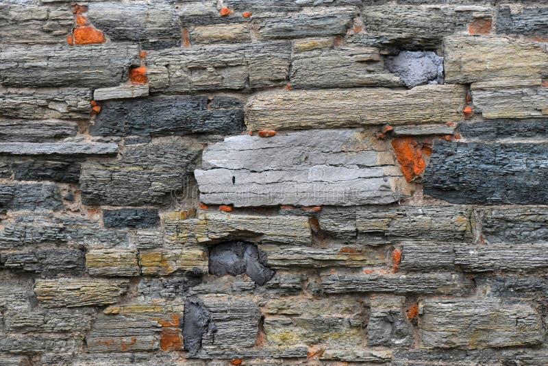Παλαιός βαλμένος σε στρώσεις πέτρα τοίχος στοκ εικόνα