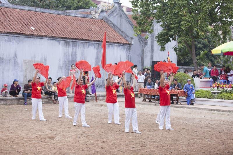 Παλαιός βιετναμέζικος χορός γυναικών με τον ανεμιστήρα στο σεληνιακό νέο έτος φεστιβάλ στο Ανόι, Βιετνάμ στοκ εικόνα