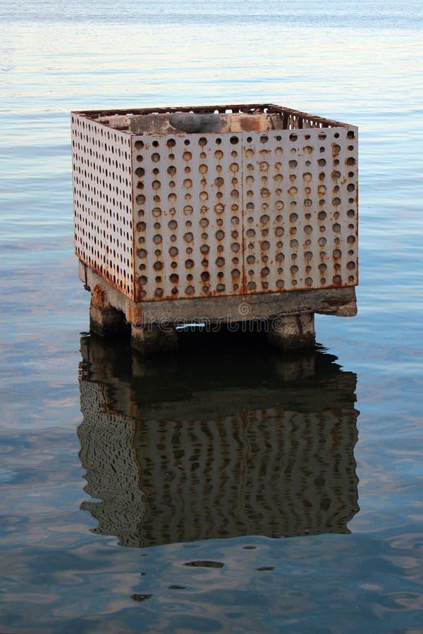 Παλαιός εγκαταλειμμένος συγκεκριμένος φραγμός πρόσδεσης στο νερό στοκ εικόνες