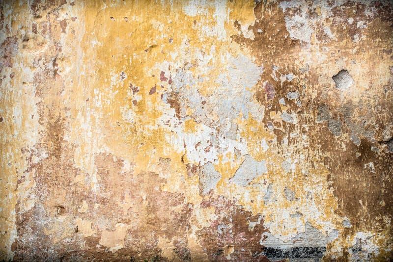 Παλαιός εκλεκτής ποιότητας αγροτικός τοίχος με τα ραγισμένα στρώματα χρωμάτων στοκ εικόνα με δικαίωμα ελεύθερης χρήσης