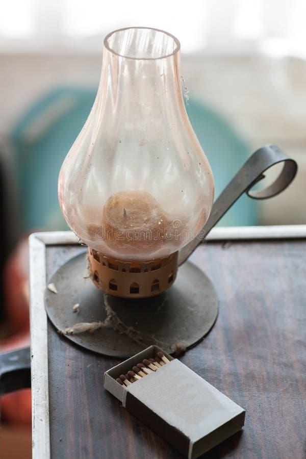 Παλαιός κάτοχος κεριών με τις αντιστοιχίες στοκ εικόνα με δικαίωμα ελεύθερης χρήσης