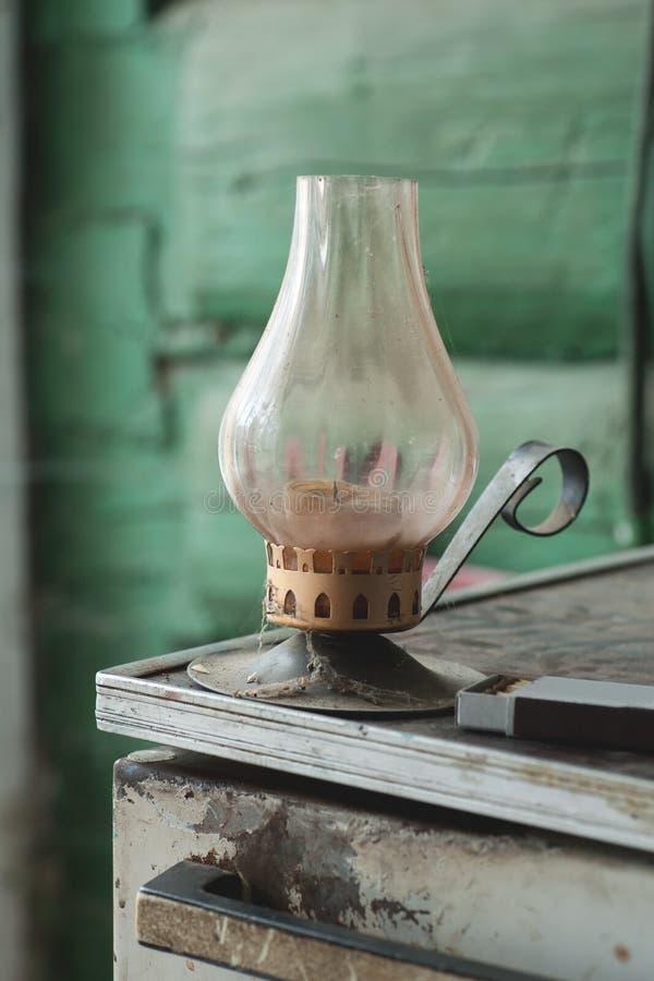 Παλαιός κάτοχος κεριών με τις αντιστοιχίες στοκ εικόνα