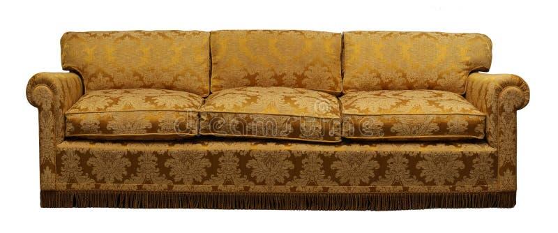 Παλαιός κίτρινος καναπές στο άσπρο υπόβαθρο στοκ φωτογραφία